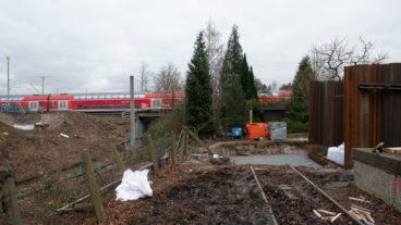 Die erste Spundwand für die S4 am Bahnhof Hasselbrook ist bereits gesetzt. Hier wird in den nächsten Wochen eine provisorische Straßenbrücke für Baumaschinen über die Güterumgehungsbahn führen. Der Gleisstummel im Bildvordergrund gibt Rätsel auf.