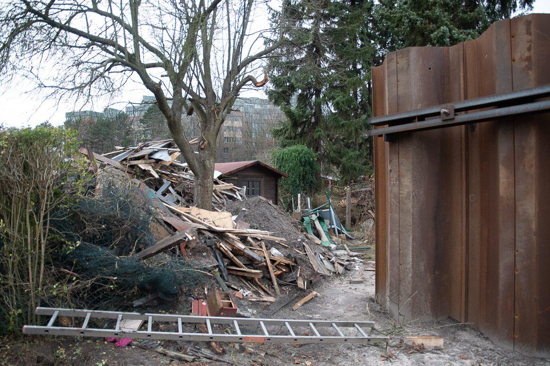 Hinter der neuen Spundwand liegen die Reste einer alter Kleingartenlaube. Die weiteren Lauben im Hintergrund werden bis Ende März verschwinden.
