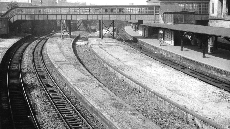 Seltene Aufnahme von den ehemaligen Fernbahnsteigen an der Bahnstrecke Richtung Lübeck am Berliner Tor im Jahr 1957.