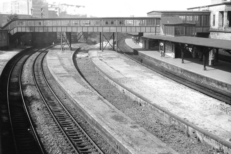 Seltene Aufnahme von den ehemaligen Fernbahnsteigen am Berliner  Tor im Jahr 1957. In der Mitte sind die Reste eines ehemaligen Überholgleises zu sehen, Die Bahnsteige wurden mit dem Bau der City-S-Bahn in den 1970er Jahren abgerissen.