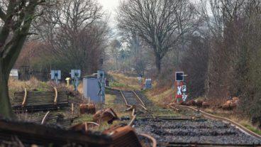 25.01.2021: Streckenerneuerung der ehemaligen Trasse der Kiel-Schöneberger Eisenbahn. Aktuell finden die Arbeiten zwischen Fiefbergen Richtung Passade statt. Die alten Gleise mit Schwellen sind bereits ausgebaut. Nun werden neue Stahlschwellen verlegt. Anschließend wird das Schienenprofil aufgelegt.