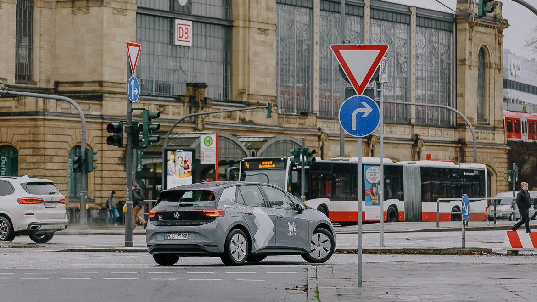 Ein Elektrofahrzeug des VW-Carsharing-Anbieters WeShare am Dammtor.
