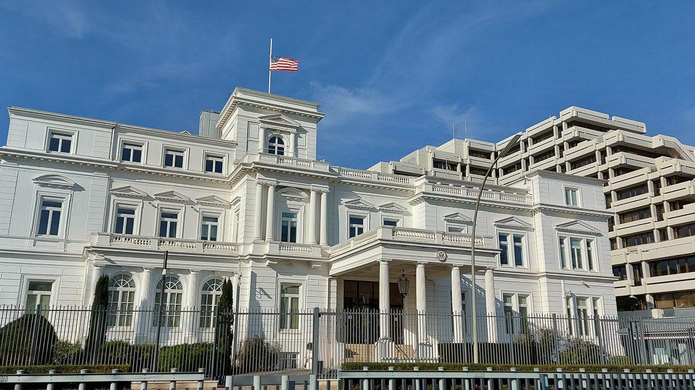 Das US-Generalkonsulat am Alsterufer. Die Flagge auf Halbmast in Gedenken für 500.000 Corona-Opfer in den vereinigten Staaten.