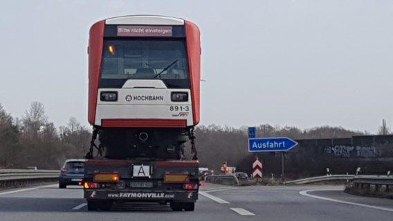 Hamburger U-Bahn auf Abwegen - im Februar 2021 auf der A1.