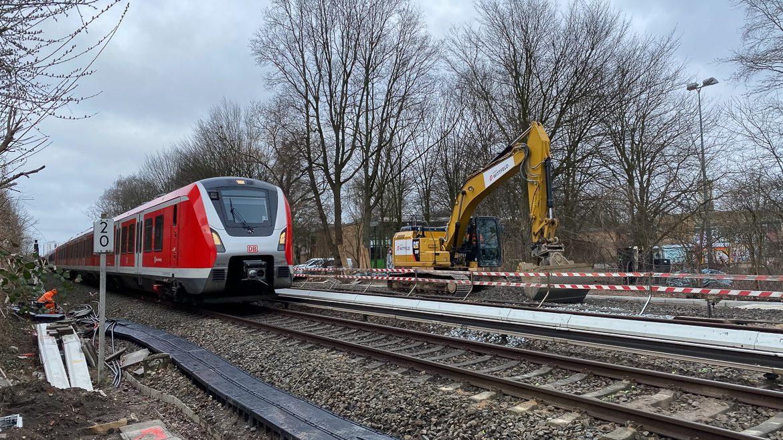 Bauarbeiten am neuen S-Bahnhof Ottensen. Im Hintergrund wird ein altes Gütergleis abgerissen, um Platz für einen neuen Mittelbahnsteig zu machen.