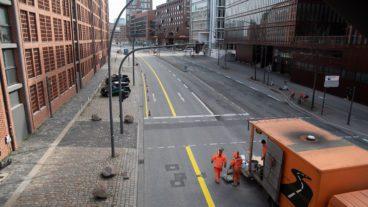 """Bauarbeiter waren am vergangenen Sonntag mit den Markierungsarbeiten für die neue """"Pop-Up-Bikelane"""" in der HafenCity beschäftigt."""