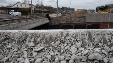 Kaum gebaut - schon wieder abgerissen: Teile der erst Ende 2019 fertiggestellten Bahnunterführung an der Hammer Straße werden für die Gleise der S4 wieder entfernt.