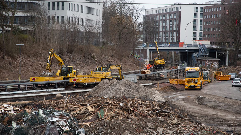 Blick auf die Bauarbeiten an den Gleisen der S1. Im Vordergrund die Reste einer ehemaligen Kleingartensiedlung im Gleisdreieck Hasselbrook. Auf dieser Fläche sollen die Gleise der S4 verlaufen.