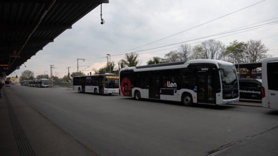 Ein Batteriebus der Verkehrsbetriebe Hamburg-Holstein (VHH) am Busbahnhof Bergedorf.