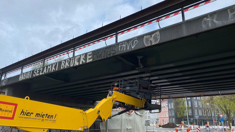 Fachleute untersuchen die S-Bahn-Brücke am Bahrenfelder Steindamm, während die Züge oben nur noch im Schrittempo fahren dürfen.