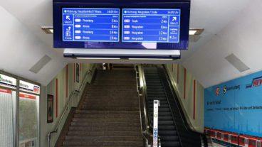 Neue Monitore an ausgewählten Stationseingängen zeigen schon vorab die nächsten S-Bahn-Züge an.