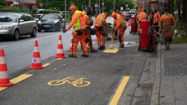 Die Markierungsarbeiten für die neuen Pop-Up-Radwege in der Hallerstraße laufen bereits auf Hochtouren, wie ein NAHVERKEHR HAMBURG-Ortsbesuch am 27. Mai zeigt.