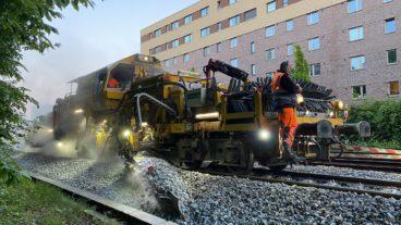 Wer sich mal gefragt hat, wie der Schotter an Bahngleisen wie mit dem Lineal gezogen aufgehäuft wird – hier ist die Antwort: Mit dieser Maschine.