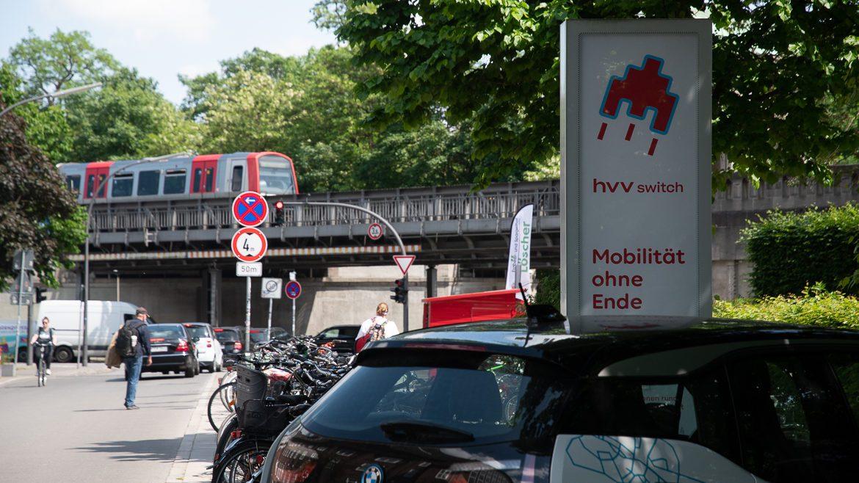 Ein Mietwagen von Share Now (ehemals Drive Now) an den Switch-Station an der Kellinghusenstraße in Hamburg.