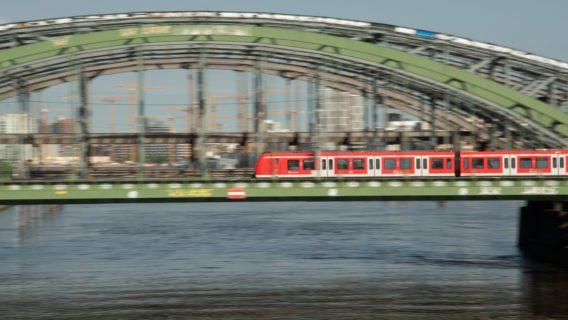 Eine Hamburger S-Bahn auf den Norderelbbrücken.
