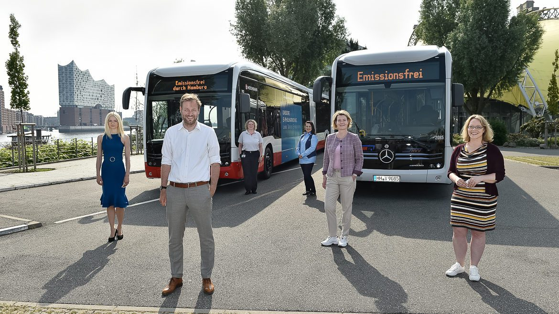 Die Hochbahn und die VHH haben ihre ersten elektrischen Gelenkbusse in Empfang genommen. Von links nach rechts: HVV-Chefin Anna Korbutt, Verkehrssenator Anjes Tjarks,Hochbahn-Busfahrerin Anja Winter, VHH-Busfahrerin Serap Sönmez, Hochbahn-Vorständin Betrieb und Personal Claudia Güsken und VHH-Projektleiterin E-Mobilität Nina Zeun.