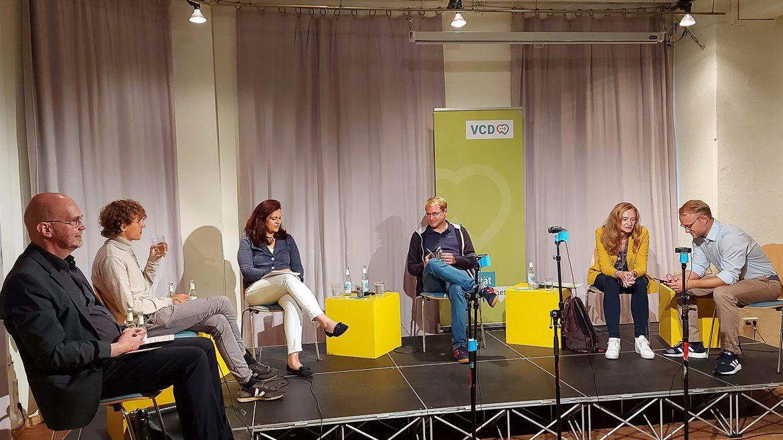 Von links nach rechts: Moderator Michael Weidemann, Jakob Blasel (Die Grünen), Franziska Hoppermann (CDU), Lorenz Gösta Beutin (Die Linke), Dorothee Martin (SPD) und Michael Kruse (FDP).