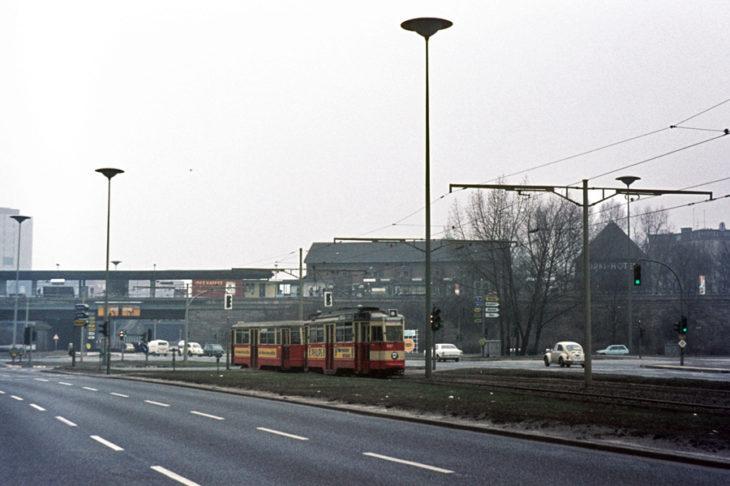 Eine Hamburger Straßenbahn am S-Bahnhof Landwehr