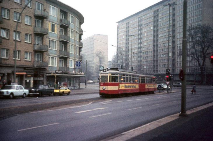 Eine Hamburger Straßenbahn in den 70er Jahren in der Wendeschleife am Grindelberg. Im Hintergrund sind die Grindelhochhäuser gut zu erkennen.