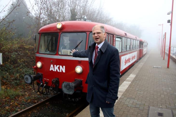 AKN-Chef Wolfgang Seyb gestern Vormittag nach einer Pressefahrt am Haltepunkt Barmstedt Brunnenstraße. Anschließend begannen die öffentlichen Abschiedsfahrten.