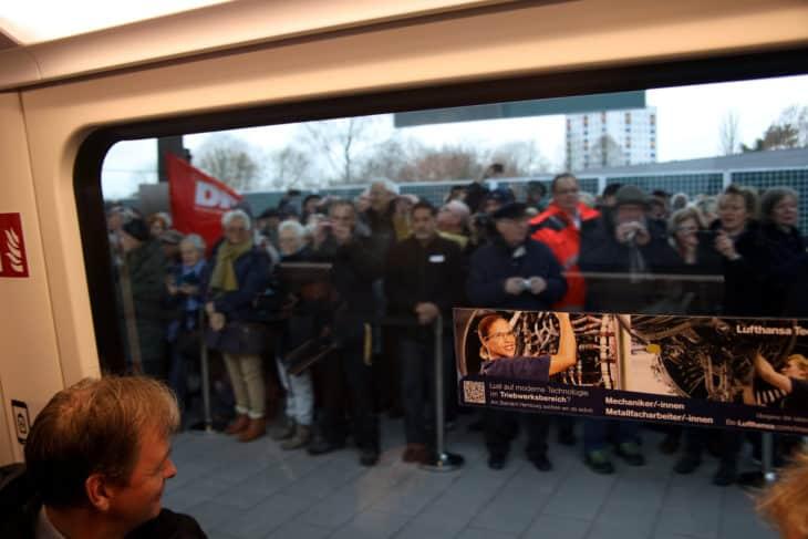 Bahnsteig vor offizieller Eröffnung voller Menschen