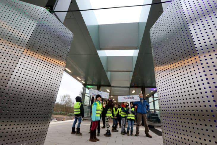 Schüler selbstgebastelte Haltestellenschilder offizielle Eröffnung