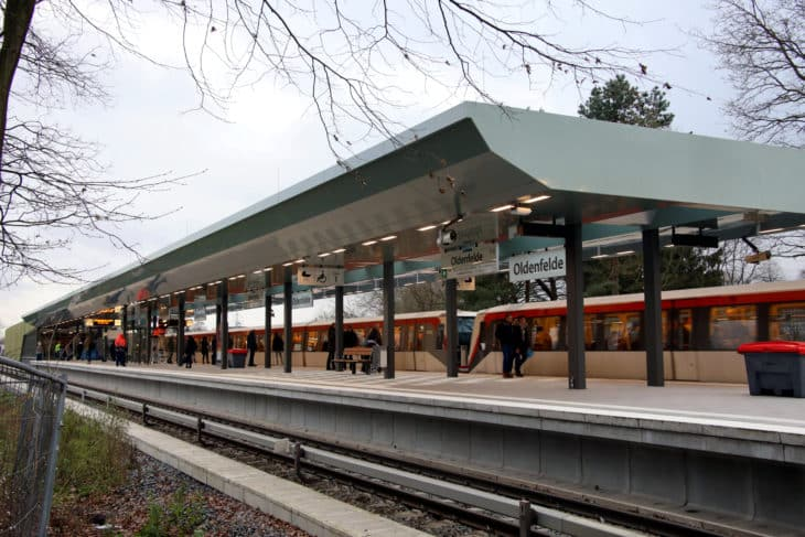 Fotos haltender Zug Bahnhof Oldenfelde