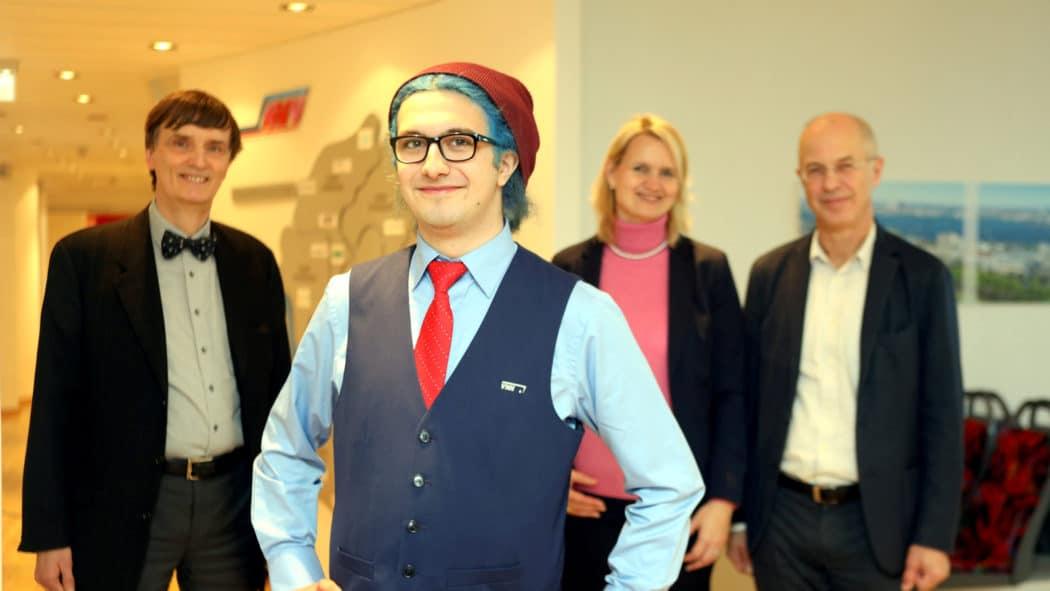 Mehdi Mohamad, Mann mit roter Mütze erhält Auszeichnung