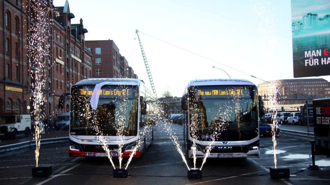 Feuerwerk fürs Klima: Pompöse Übergabe von zwei E-Bus-Prototypen an Hochbahn und VHH