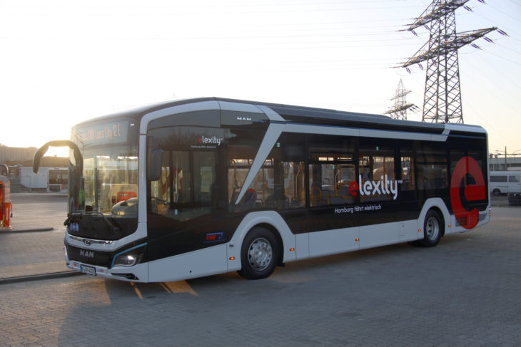 Stromtrasse und Bus