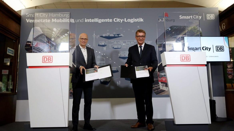 """Hamburgs Bürgermeister Dr. Peter Tschentscher und Ronald Pofalla, Vorstand Infrastruktur Deutsche Bahn, präsentieren den beiderseitig unterschriebenen Vertrag """"Memorandum of Understanding"""", kurz MoU."""