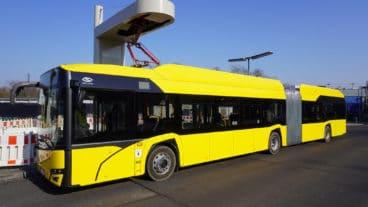 Elektrobus der BVG an einer Ladestation