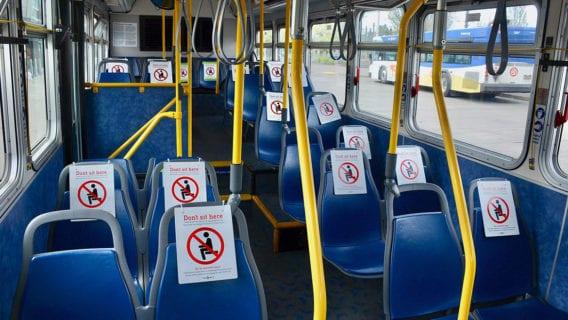 Ein Linienbus mit zahlreichen gesperrten Sitzplätzen in der US-Stadt Portland. Droht so etwas bald auch in Hamburg?