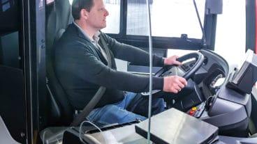 Mit so einer Trennscheibe sollen HVV-Busfahrer künftig vor Fahrgästen geschützt werden
