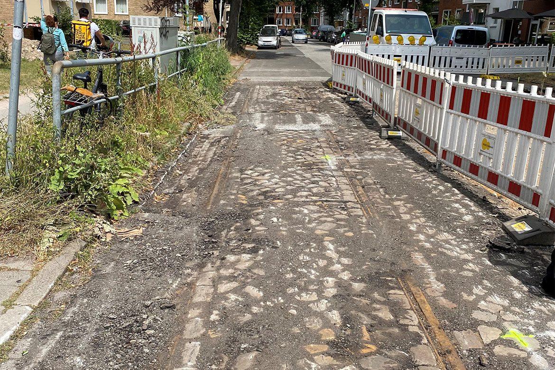 Bei Bauarbeiten wiederentdeckte Gleisreste der alten Hamburger Straßenbahn in der Conventstraße in Eilbek.