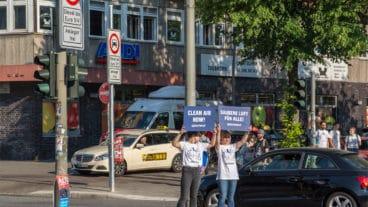 Greenpeace-Aktivisten weisen am Donnerstagmorgen auf das neue Diesel-Fahrverbot hin