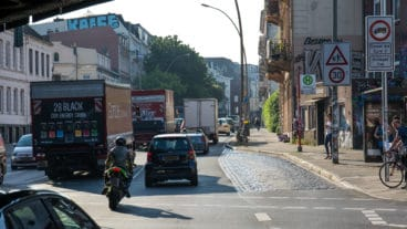 Schwerlastverkehr durch die Diesel-Fahrverbotszone in der Stresemannstraße