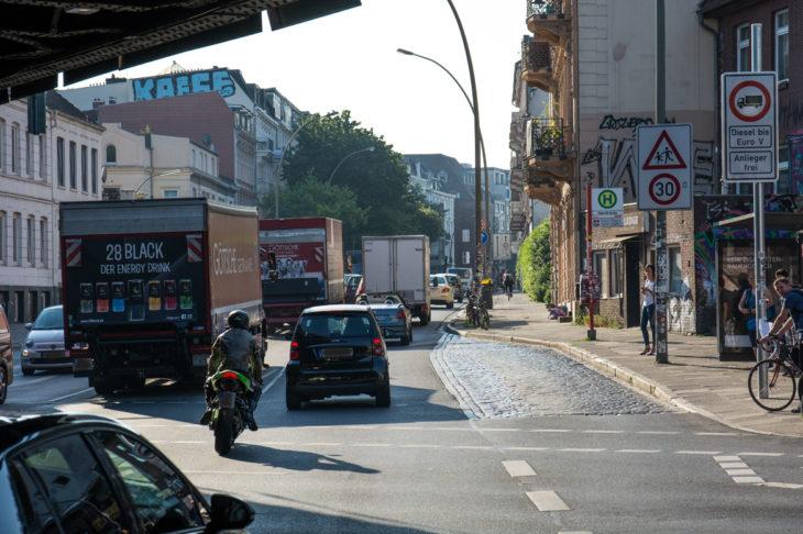 Trotz Fahrverbote fahren offenbar weiterhin ältere Diesel-Lastwagen durch die Stresemannstraße
