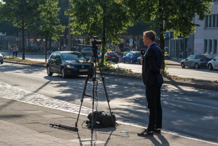 Die neuen Diesel-Fahrverbote locken Journalisten aus aller Welt nach Hamburg - wie diesen schwedischen TV-Korrespondenten