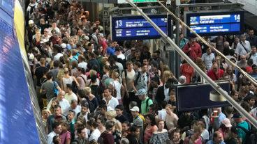 Drangvolle Enge zwischen den Gleisen 13 und 14 im Hamburger Hauptbahnhof am 7. August 2018