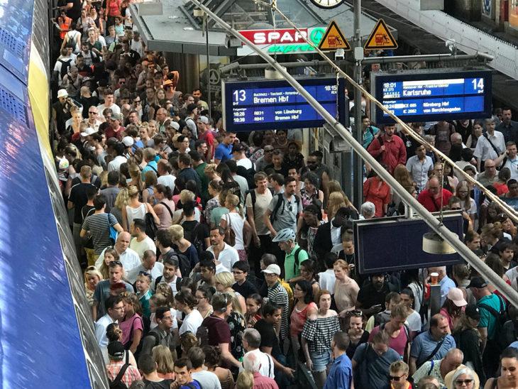 Drangvolle Enge im Hamburger Hauptbahnhof am 7. August 2018