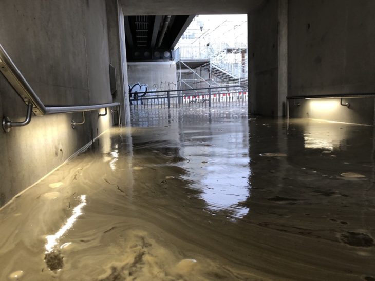 Das Hochwasser der Elbe hat am 10. Februar 2020 die Eingangsbereiche des S-Bahnhofs Elbbrücken überlutet.