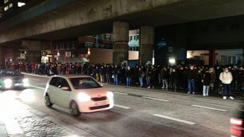 Menschen stehen am frühen Morgen des 21. Januar 2021 dicht gedrängt am S-Bahnhof Hammerbrook und warten offenbar auf einen Ersatzverkehr.