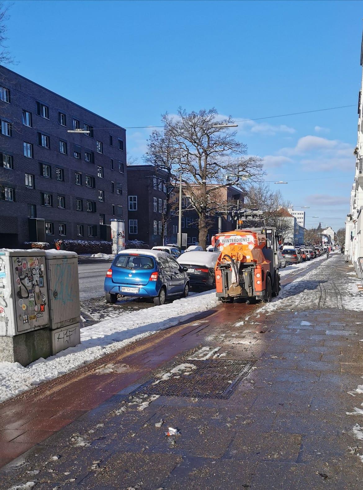 Eine Winterdienstmaschine der Stadtreinigung Hamburg auf einem Fahrradweg am 30. Januar 2021