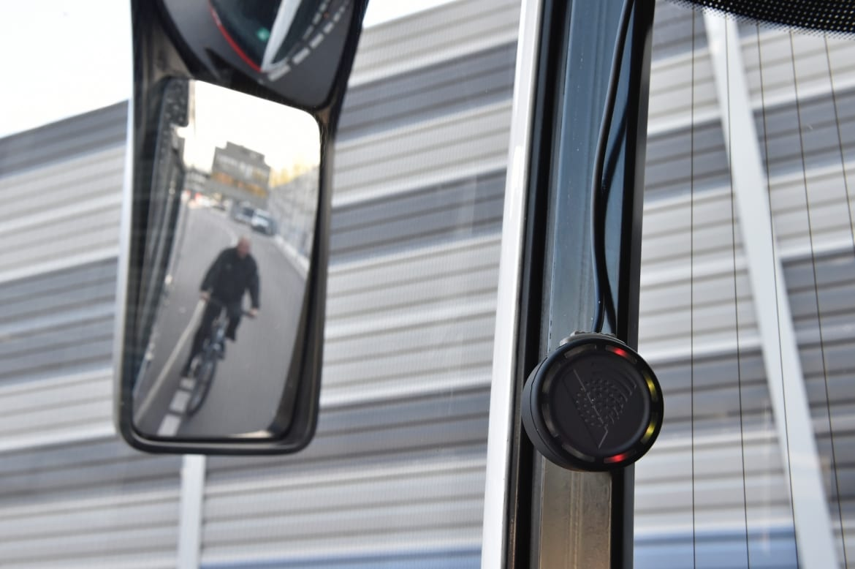 Die Abbiegeassistenten warnen die Busfahrer:innen, falls sich beim Rechtsabbiegen ein bewegliches Objekt rechts neben dem Bus befindet.