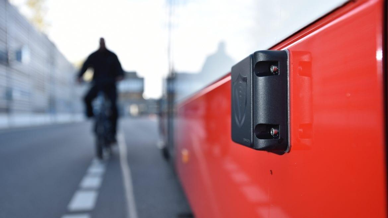 Ein Radarsensor an einem Hochbahn-Bus erfasst beim Abbiegen bewegliche Objekte neben dem Fahrzeug.