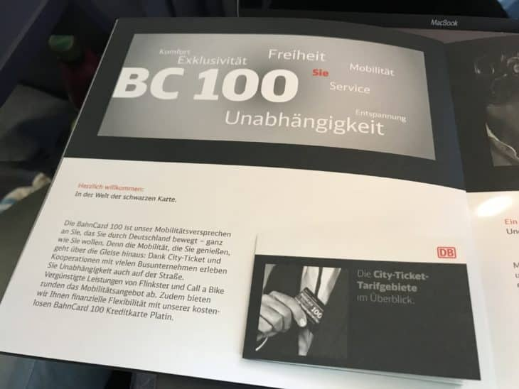 Praktisch: Eine Faltkarte listet alle Verkehrsverbundes auf, in denen die BahnCard 100 gilt