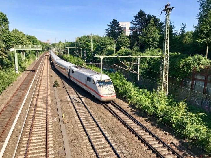 Wegen einer gerissenen Oberleitung bei Altona wurden Fernzüge eingleisig über die Verbindungsbahn geführt. Gegen 17 Uhr wurde die Strecke komplett gesperrt.