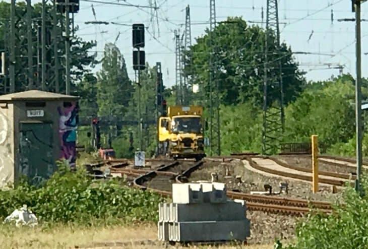 Ein Turmtriebwagen steht am Bahnhof Altona bereit, um die Oberleitung zu reparieren.