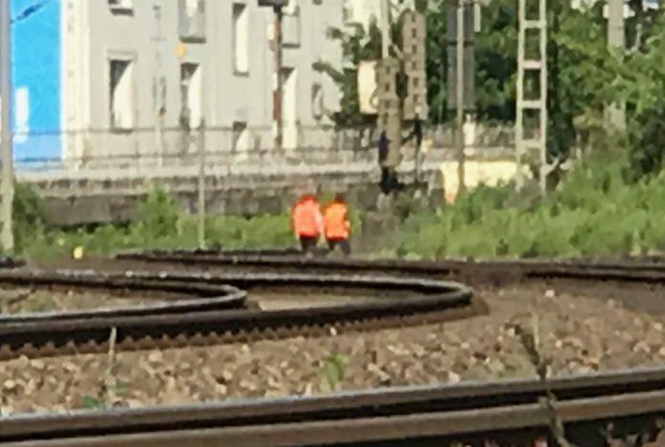 Notfallmanager der Bahn begutachten die gestörte Oberleitung an der Harkortstraße in Hamburg